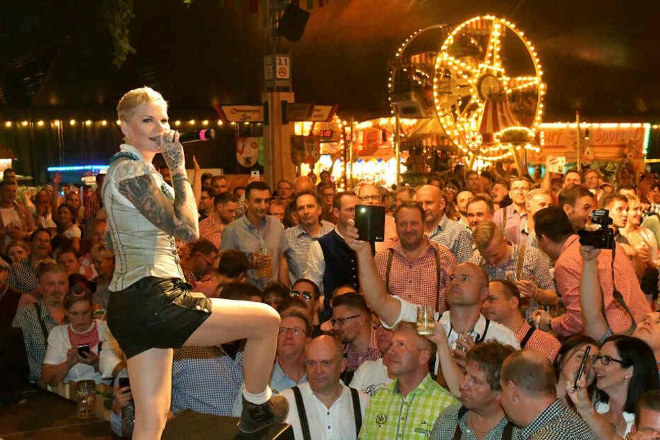 Nach ihrem Gewinn im RTL-Dschungelcamp ist die Leipzigerin als Partysängerin gebucht, verbringt nahezu das halbe Jahr am Ballermann auf Mallorca.