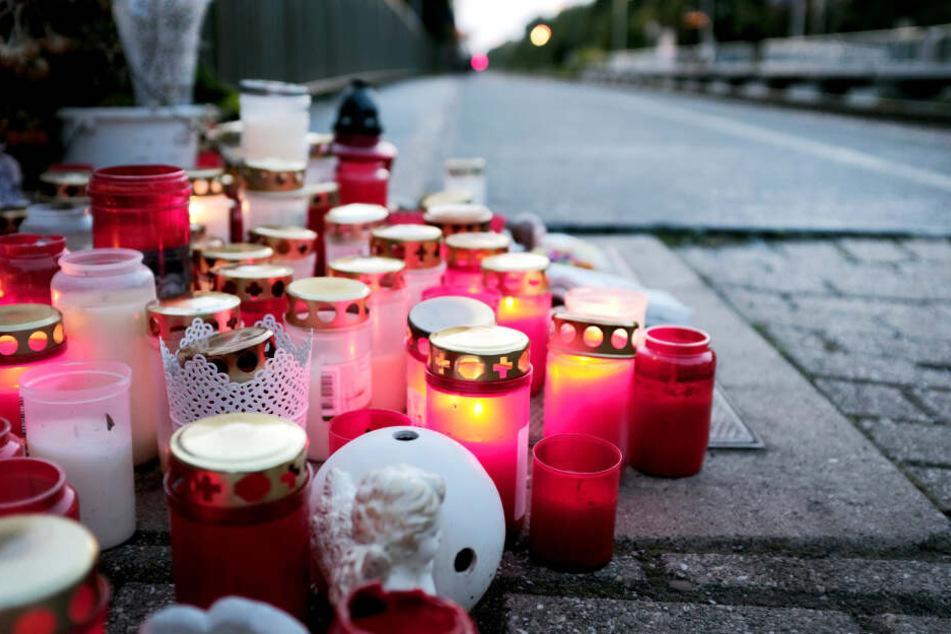Kerzen brennen am Abend auf dem Bahnsteig im niederrheinischen Voerde.