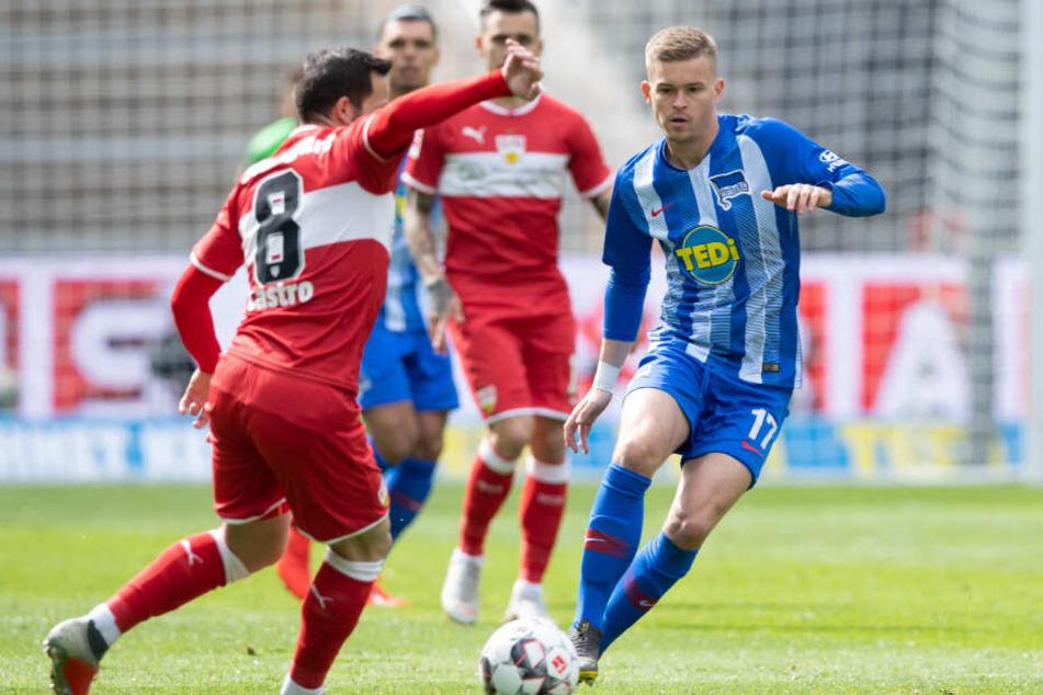 Im Zweikampf: Herthas Maximilian Mittelstädt (r.) gegen Stuttgarts Gonzalo Castro (l.).