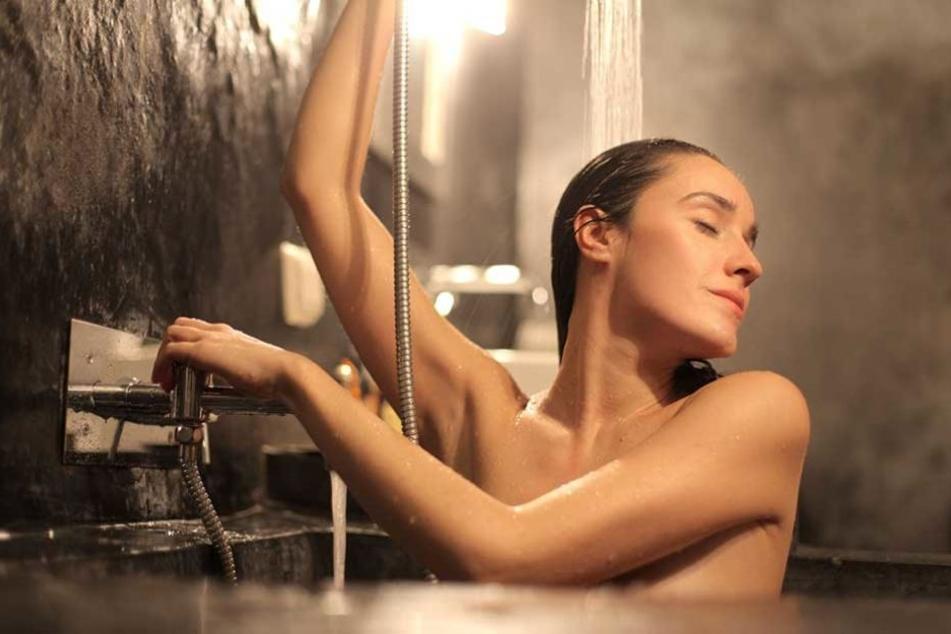 Mit einem Dildo-Duschkopf würde ihr Bad noch mehr entspannen.