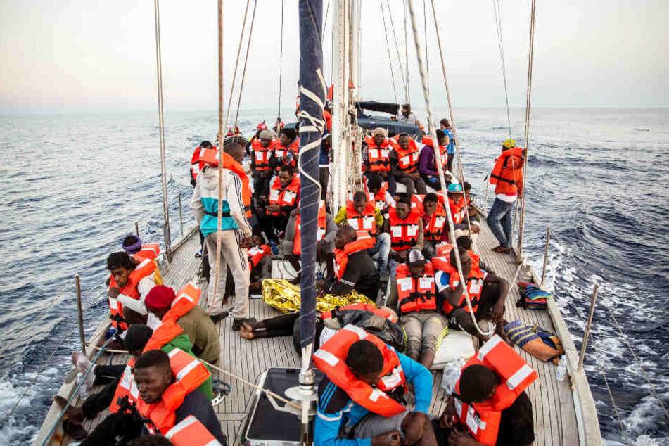 Migranten auf einem kleinen Boot (Symbolbild).