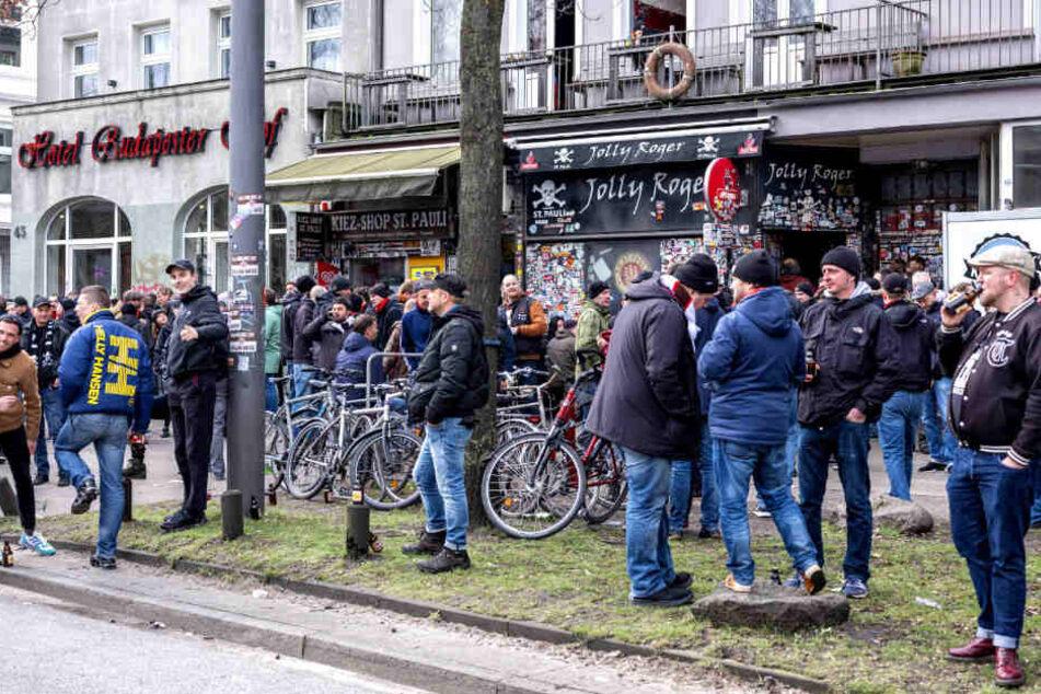 """Die Fans des FC St. Pauli versammeln sich vor den Heimspielen am """"Jolly Roger""""."""