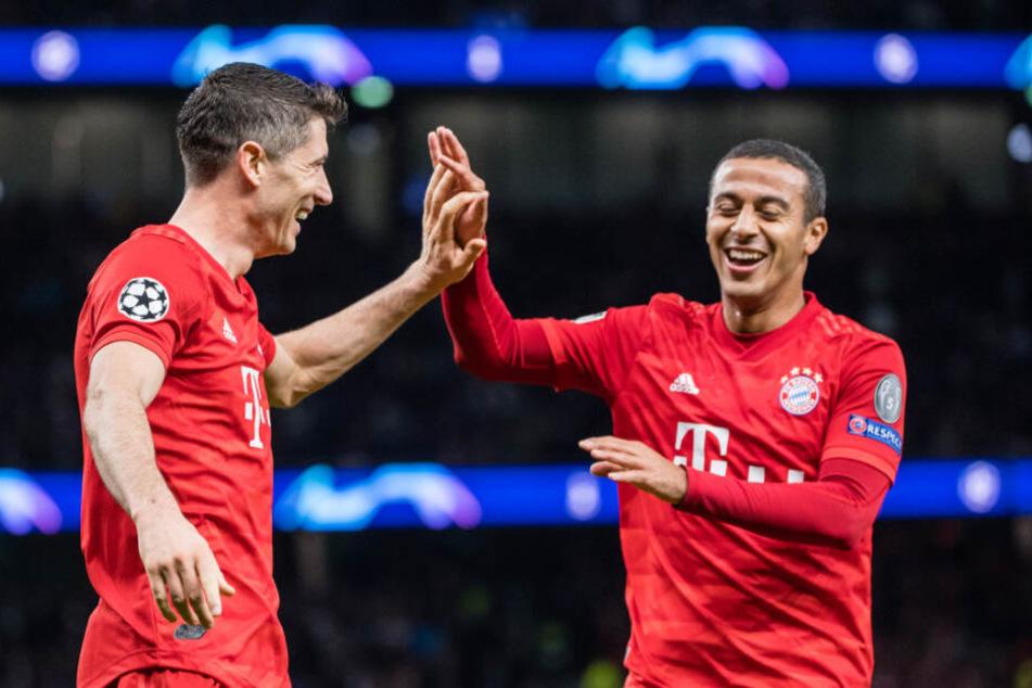 Champions League, Tottenham Hotspur - FC Bayern München: Robert Lewandowski und Thiago jubeln über den Treffer zum 2:6.