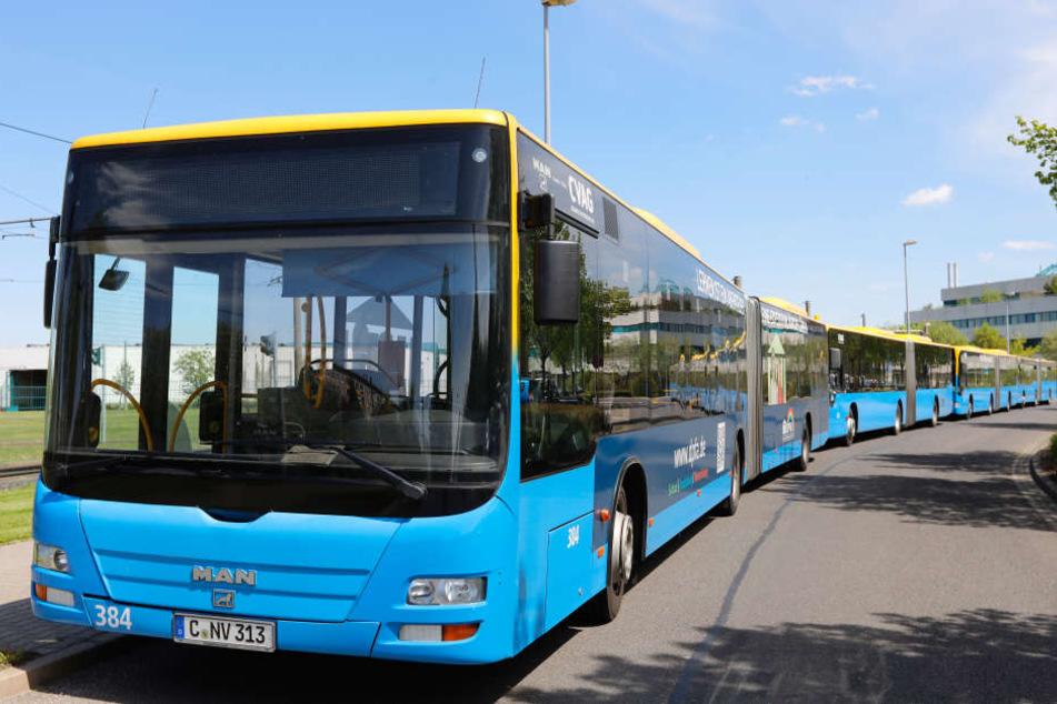 Ein gutes Dutzend Busse scherte aus dem Linienverkehr aus, rollte zum  Betriebshof nach Adelsberg.