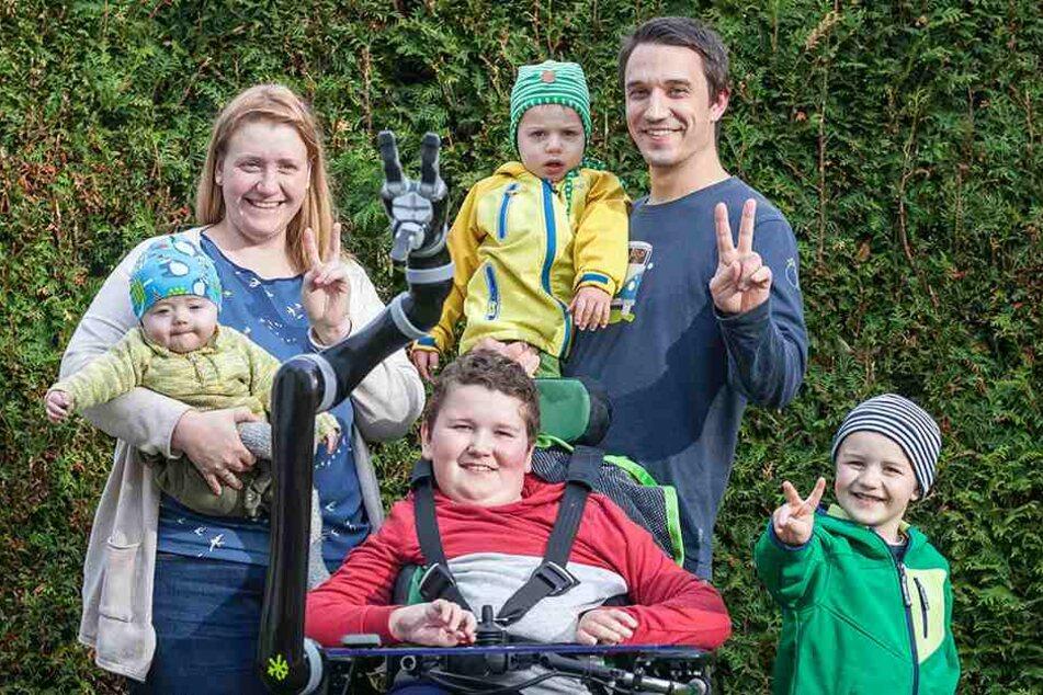 Trotz Handicaps eine lebenslustige Familie: Mutti Annemarie (29) mit dem  herzkranken Esra (8 Monate) auf dem Arm, Vater Benjamin (31) mit Nehemia (2) und  Noah (10) im Rollstuhl neben Brüderchen Jesaja (4).