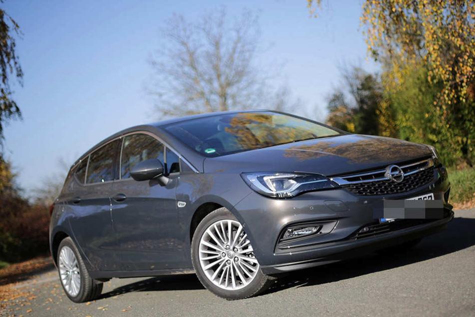 Der Fahrer eines Opel Astra wurde mit Drogen und Waffe geschnappt (Symbolfoto).