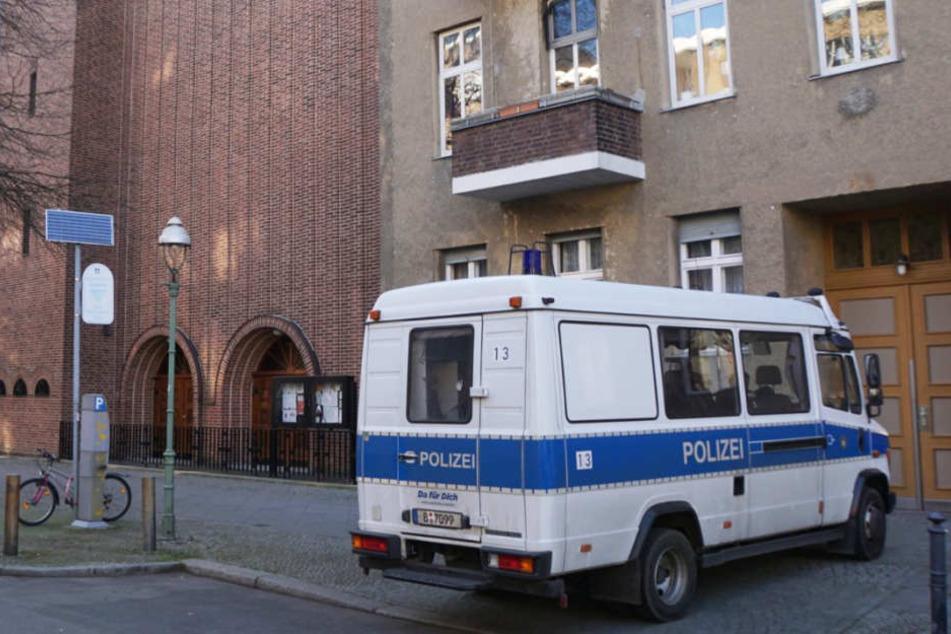 Ein Polizeiauto vor dem katholischen Gemeindehaus in Charlottenburg.