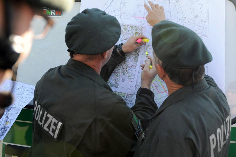 Polizeibeamte bei der Vermisstensuche. (Symbolbild)