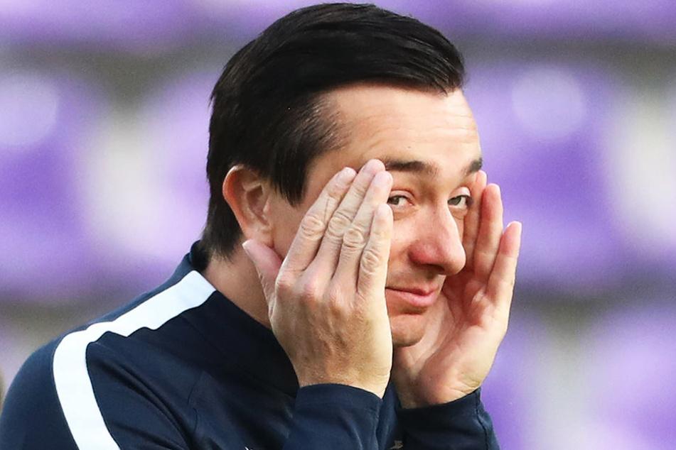 FCE-Coach Daniel Meyer rieb sich angespannt die Schläfen - seine Wechsel erzielten nicht die gewünschte Wirkung.