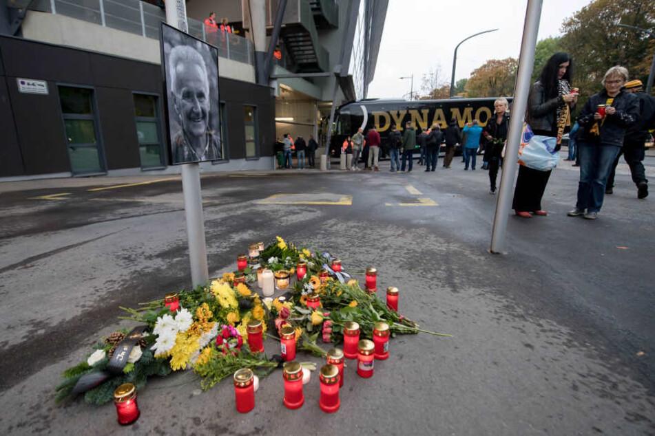 Vor dem Stadion hatte der Verein eine kleine Gedenkstätte für den verstorbenen Reinhard Häfner eingerichtet.
