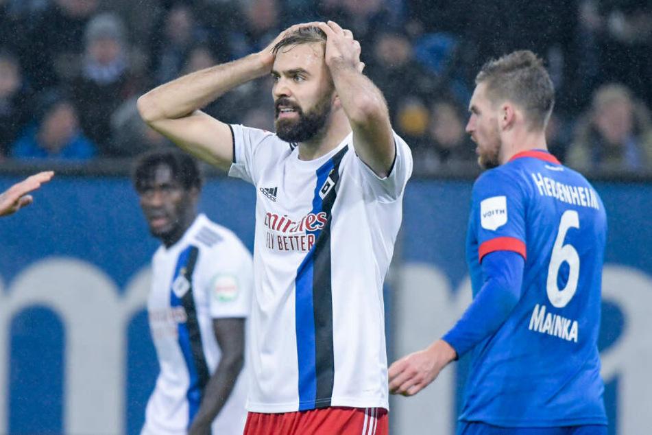 Stürmer Lukas Hinterseer kann die beiden vergangenen Niederlagen kaum fassen.