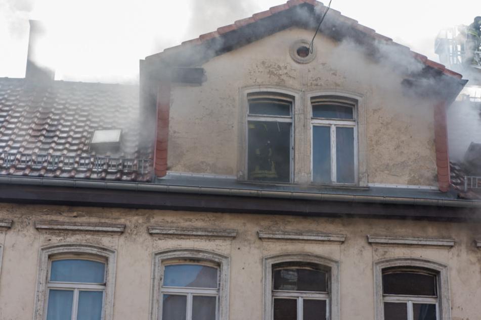 Aus dem Dach des Mehrfamilienhauses drang dichter Rauch.