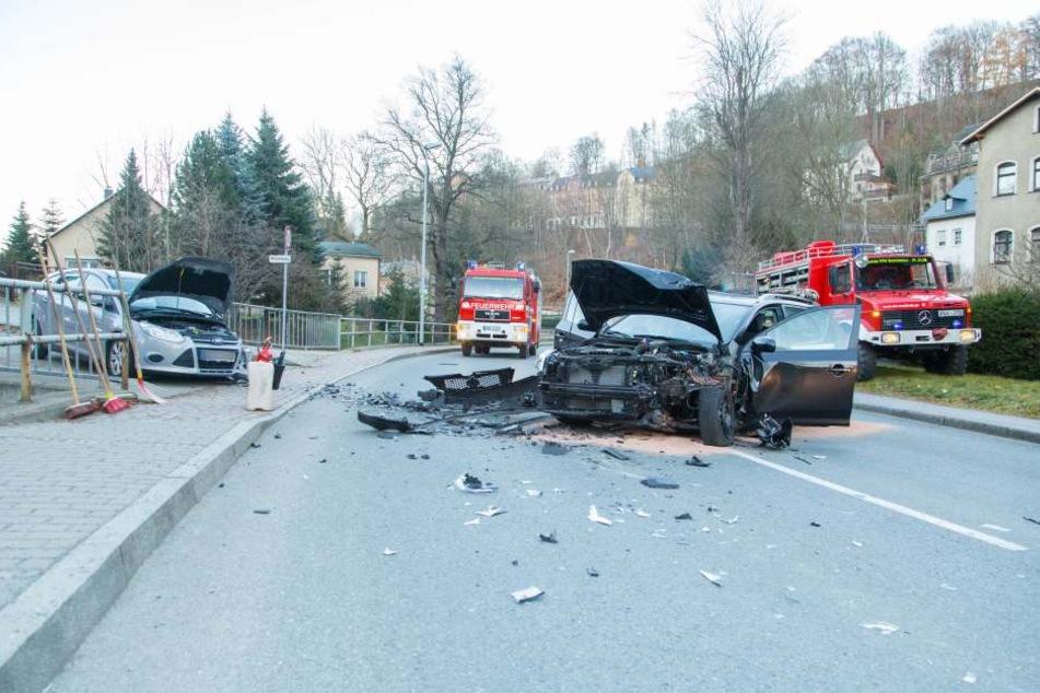 Bei dem heftigen Crash wurden vier Personen verletzt, darunter auch ein kleines Mädchen.
