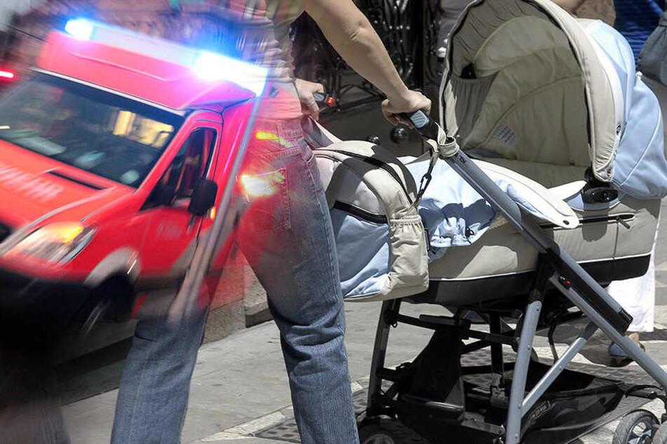 Baby in Lebensgefahr - Autofahrerin (76) kracht auf Gehweg in Kinderwagen
