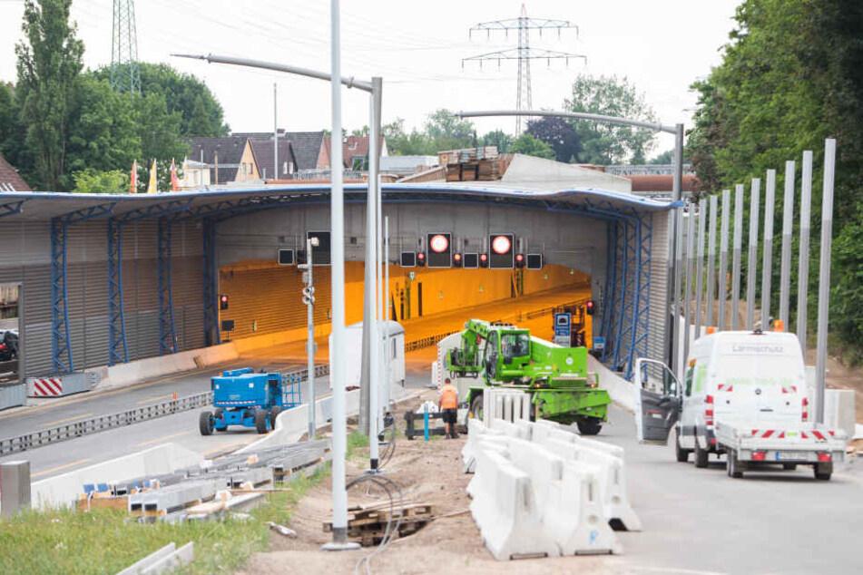 Blick auf die Zufahrt des Tunnels mit dem Lärmschutzdeckel über der A7 bei Schnelsen. B
