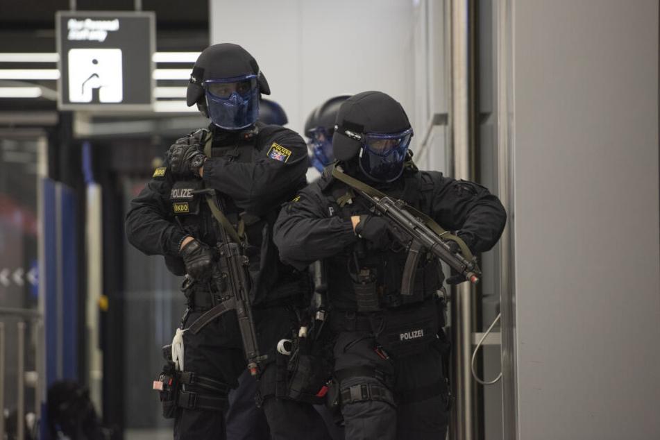 Schwer bewaffnete Einsatzkräfte stürmen das Terminal.