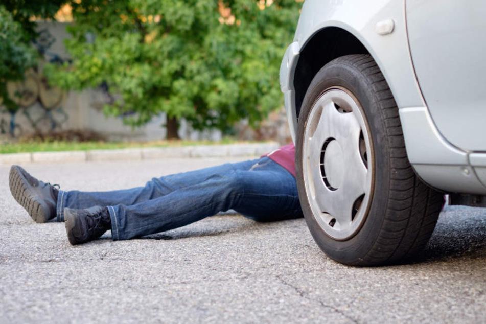 Der 35-Jährige habe seine Frau erwürgt und es dann wie einen Autounfall aussehen lassen. (Symbolbild)