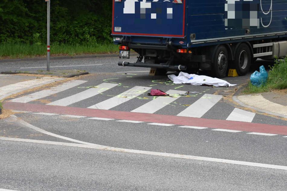 Die Frau geriet unter den Laster und wurde tödlich verletzt.