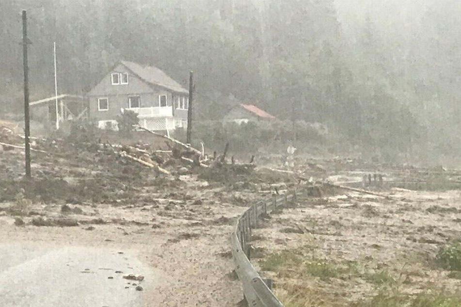 Heftige Regenfälle haben im Norden Norwegens Erdrutsche ausgelöst.