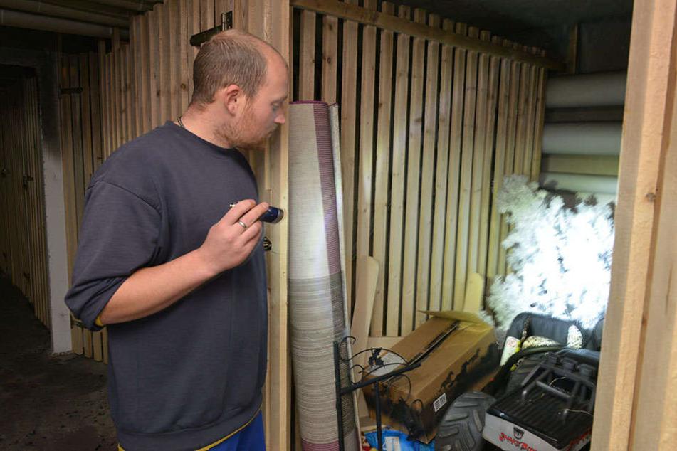 Nach dem Kellerbrand kann Willi Meyer (29) seine Sachen wegschmeißen.