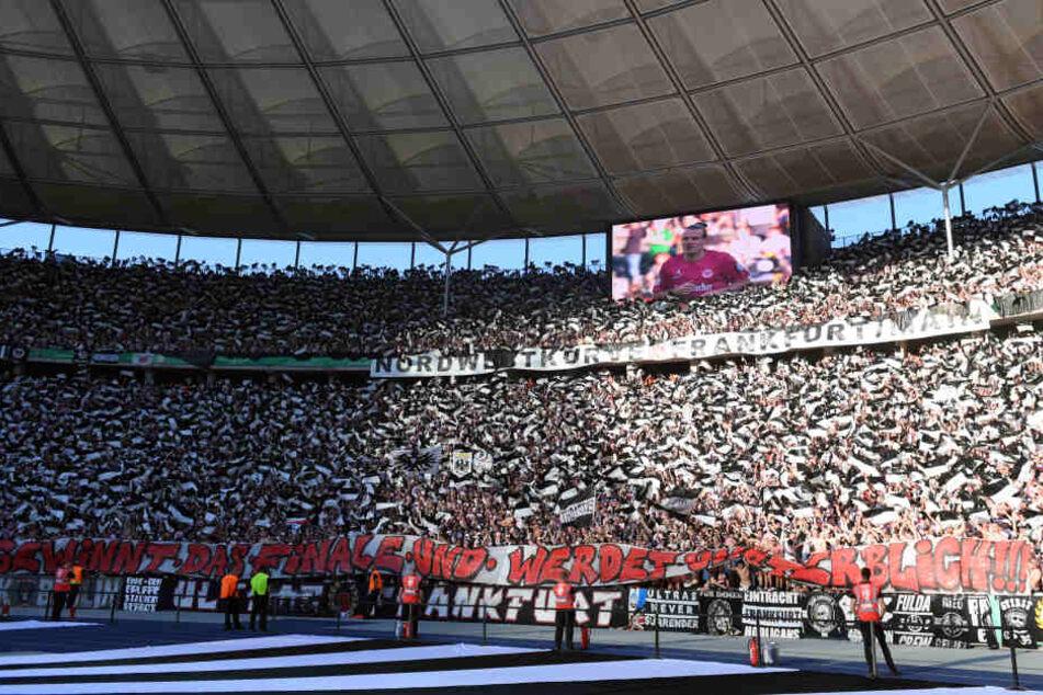 In Berlin unterstützen die Eintracht-Fans ihre Mannschaft mit einem Meer aus Fahnen.