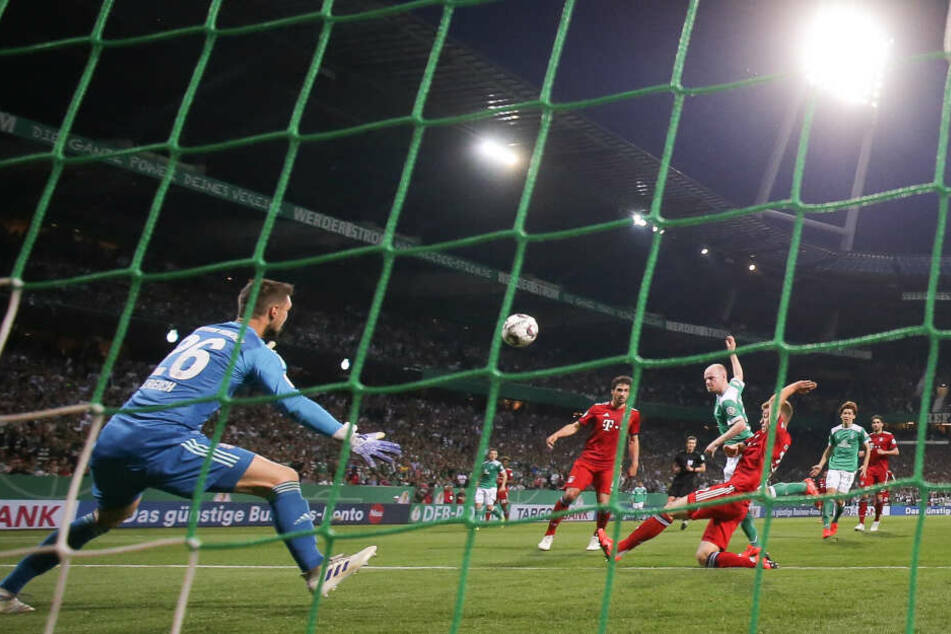 Münchens Torwart Sven Ulreich ist gegen Bremens Davy Klaassen gefordert.