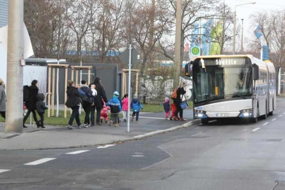 Ein Shuttle bringt die Kita-Kids in eine Notunterkunft.