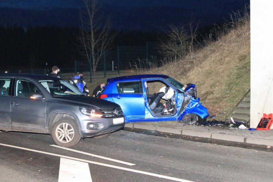 Das Auto krachte frontal gegen einen Brückenpfeiler. Der 28-jährige Fahrer überlebte den Unfall nicht.