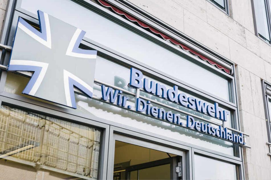 Wer Soldat bei der Bundeswehr ist, darf bald gratis Zug fahren.