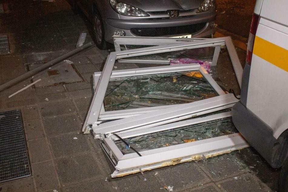 Das herausgedrückte Fenster traf vor dem Haus geparkte Autos.