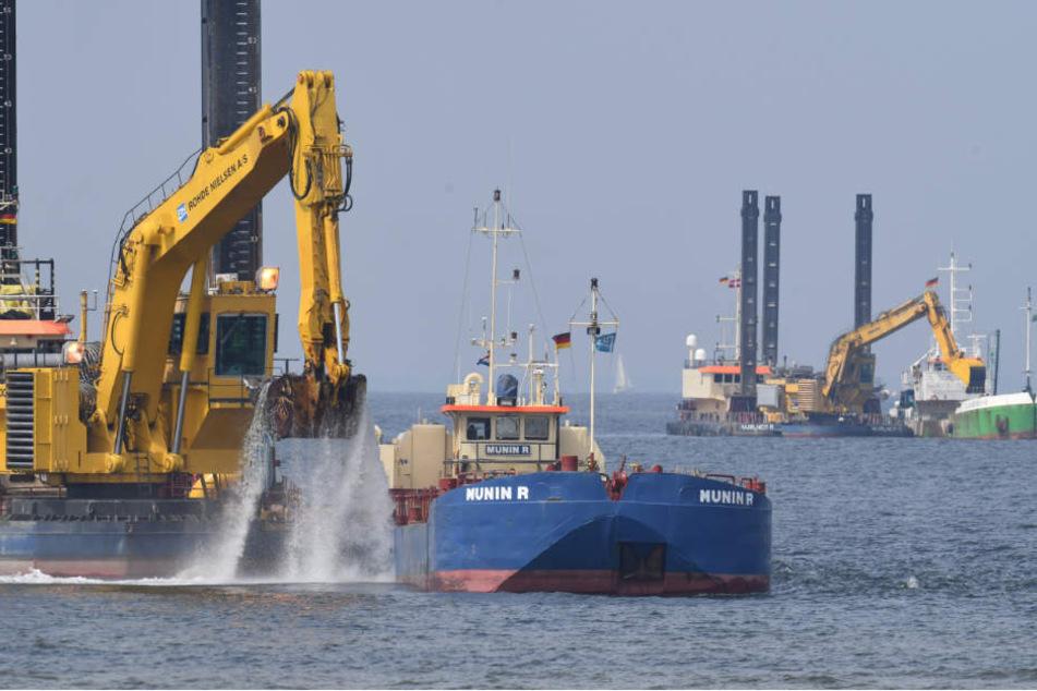 Bagger arbeiten im Greifswalder Bodden am Unterwassergraben der neuen Ostseepipelin Nord Stream 2.