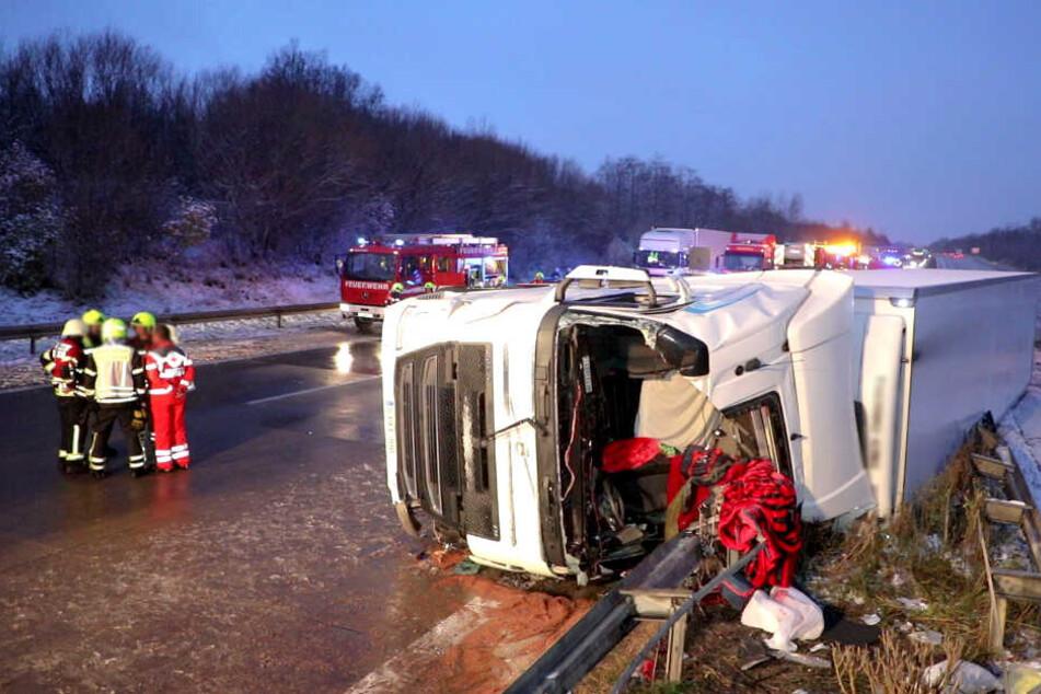 Der LKW kippte bei dem Unfall um.