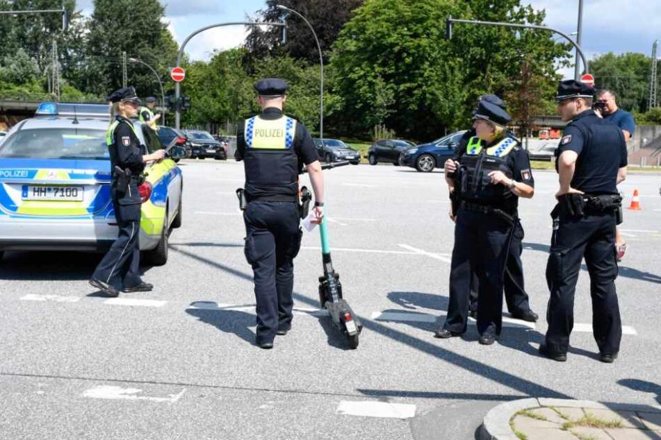 Die Beamten beschlagnahmen das Unfall-Gefährt.