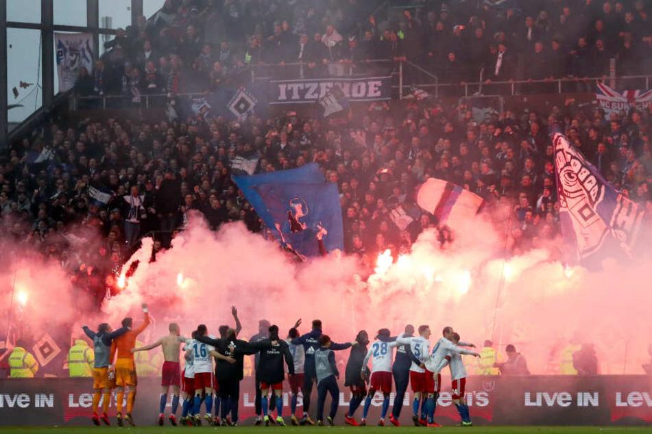 Hamburgs Spieler und die HSV-Fans feiern nach dem Spiel im März
