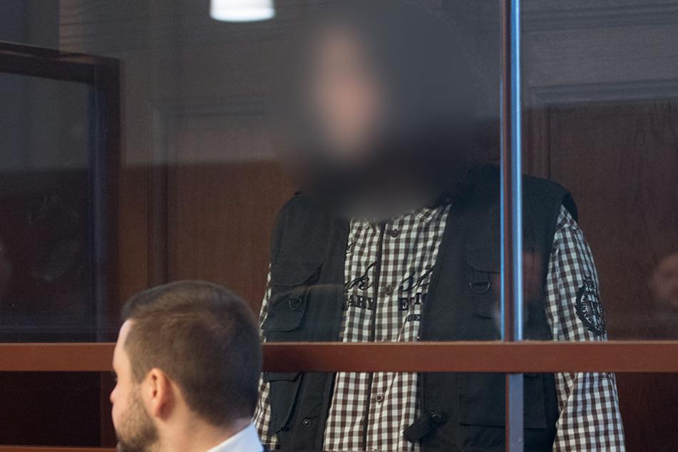 Einer der vier Angeklagten beim Prozessauftakt.