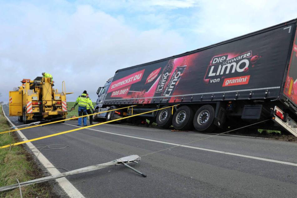 Ein Getränke-Laster wurde bei Rostock von der Straße gefegt.