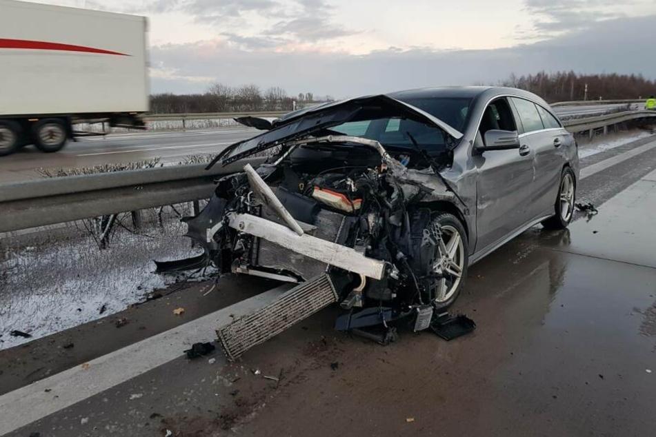 Die 27-jährige Autofahrerin wurde von einer Windböe erwischt, verlor die Kontrolle über ihren Mercedes und krachte in den Lastwagen.