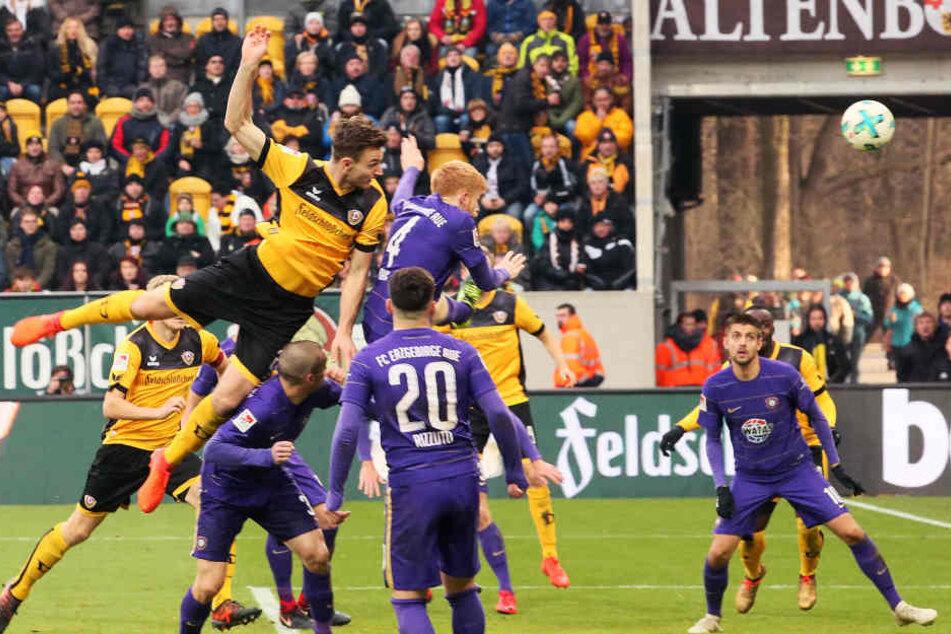Florian Ballas nickt den Ball zum 3:0 in die Maschen.