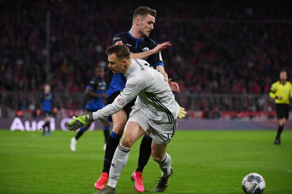 Bayerns Torwart Manuel Neuer (r) kämpft mit Paderborns Dennis Srbeny um den Ball. Paderborns Dennis Srbeny schieß daraufhin das 1:1.