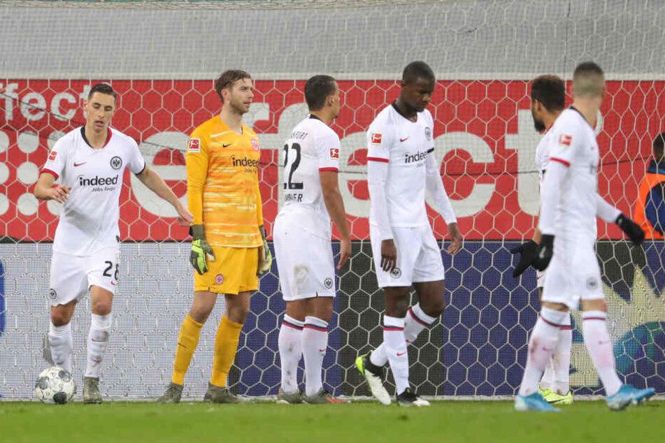Die Eintracht-Kicker waren nach der Niederlage beim SC Paderborn moralisch am Ende.
