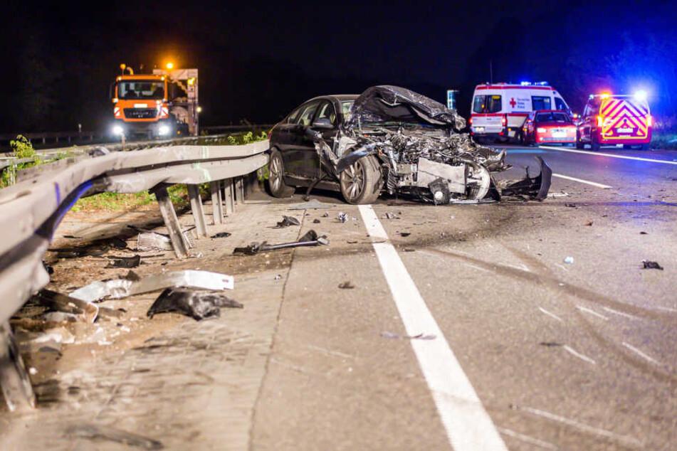 Das mit dem Lkw zusammengestoßene Auto war kaum noch als solches auszumachen.