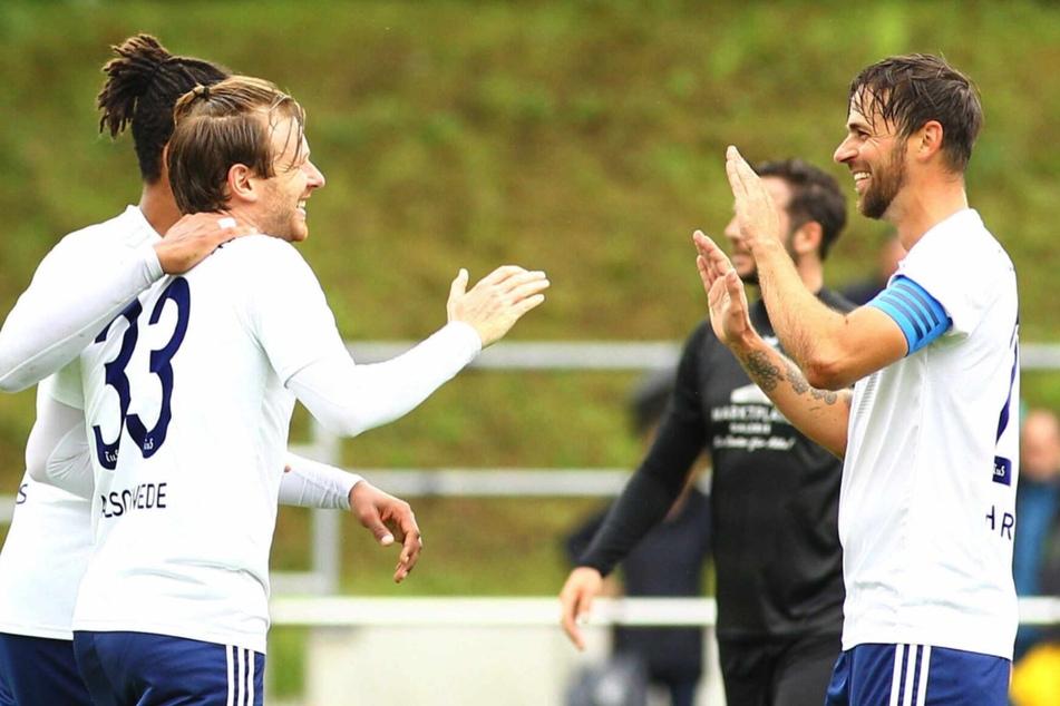 Beim 1:0 noch Gratulant von Maximilian Ahlschwede (31, links vorne), später selbst vierfacher Torschütze: Martin Harnik (34, rechts).
