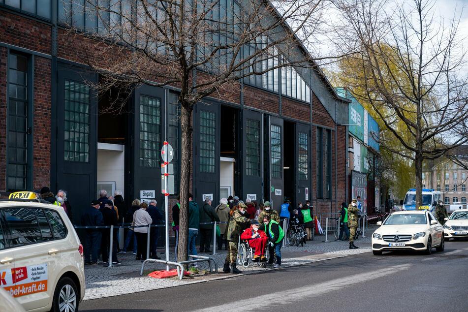 Impfpässe gefälscht? Berliner Polizei ermittelt gegen Ärztin eines Impfzentrums