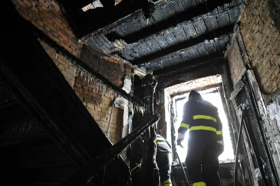 Das Treppenhaus wurde durch die Flammen fast vollständig zerstört. Wie das Feuer entstehen konnte, ist aktuell noch unklar.