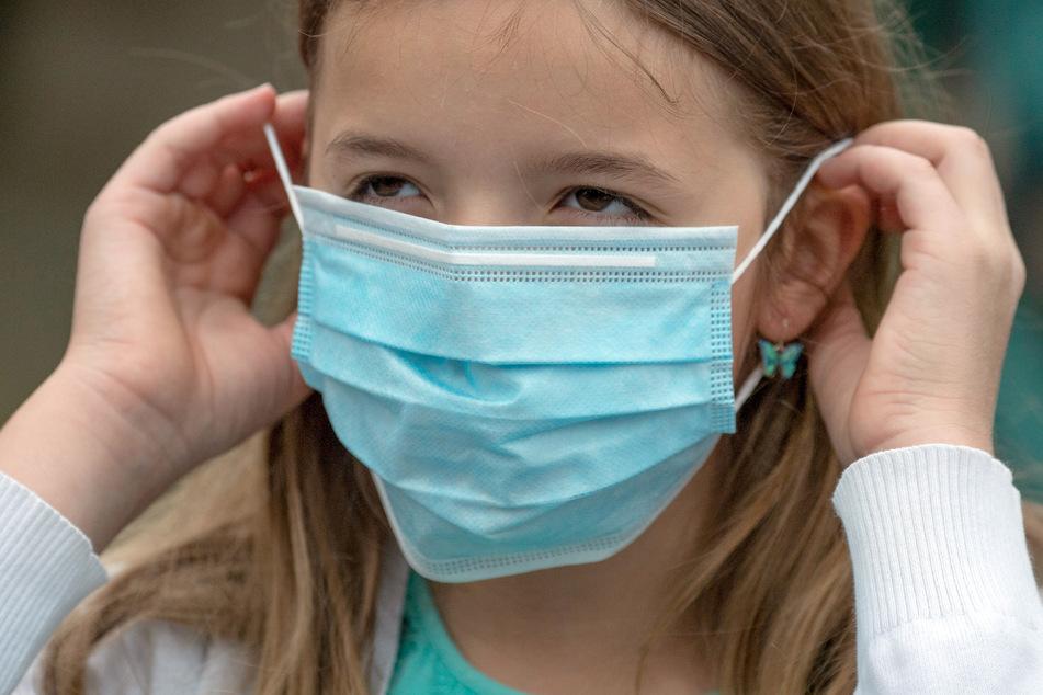 Die Maskenpflicht gilt jetzt auch im Schulunterricht. (Symbolbild)
