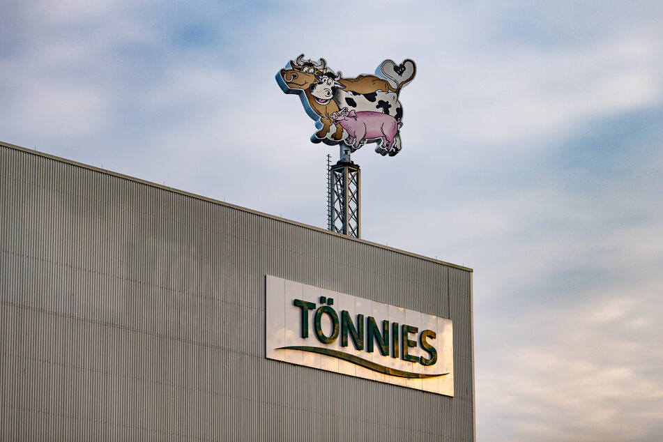 Vor einem Jahr hat es in Deutschlands größtem Fleischkonzern Tönnies einen massenhaften Corona-Ausbruch gegeben.