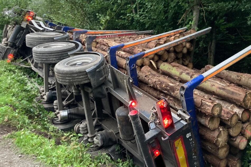 Der Lastwagen stürzte nach Angaben der Einsatzkräfte einen Hang hinab auf einen Waldweg in der Nähe der Bahnlinie S6 und blieb in einem Bach liegen.