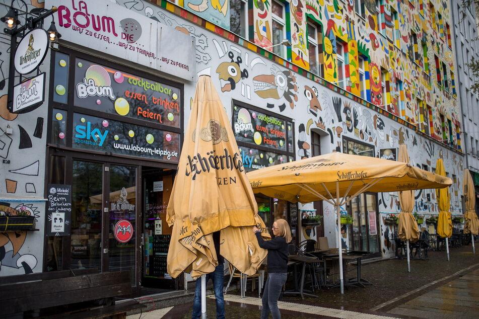 """Nach Monaten des Wartens wurden am """"La Boum"""" in der Leipziger Südvorstadt am Freitag wieder die Freisitz-Schirme aufgespannt."""