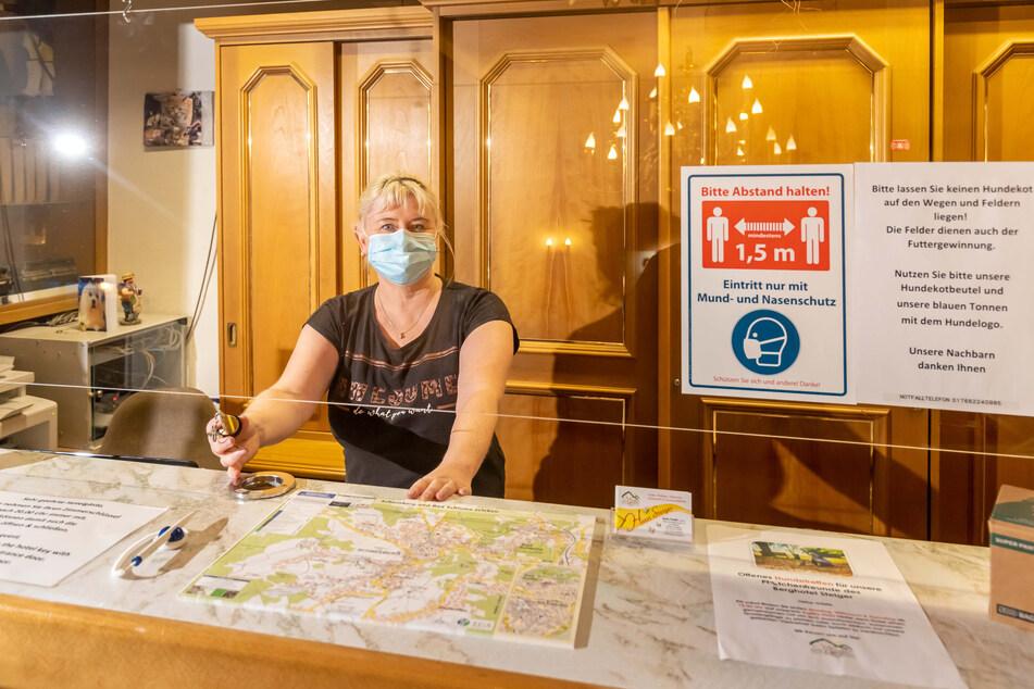 Chefin Katrin Friedel (46) vom Berghotel Steiger hofft, dass das Beherbergungsverbot mit Test-Vorlage-Pflicht heute von Bund und Land gekippt wird.