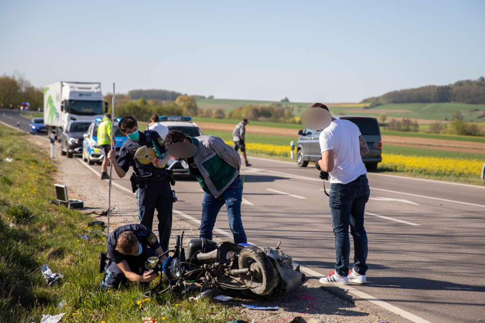 Tödlicher Unfall: Rollerfahrer kracht in VW-Kombi